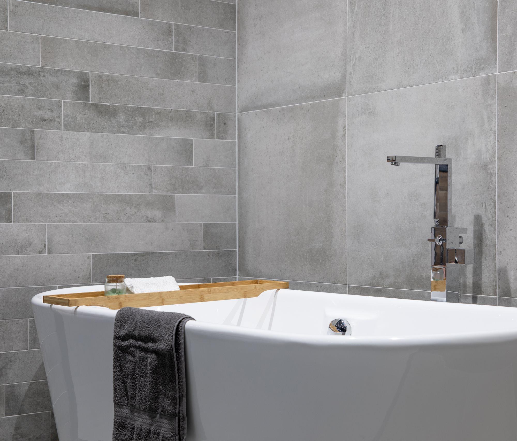 badkamer-grijze-betonlook-tegels.jpg