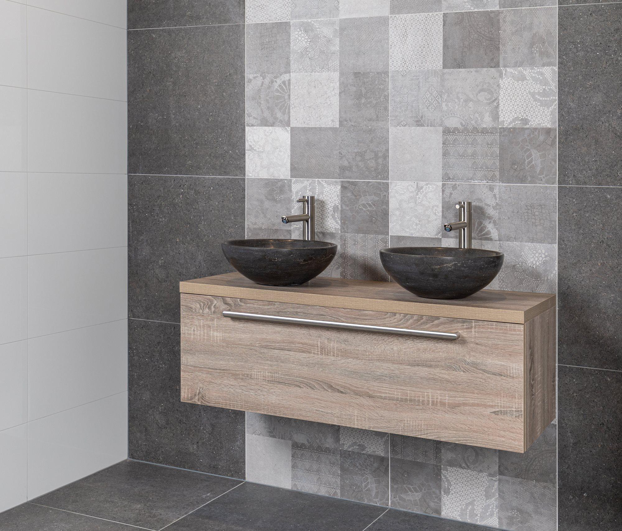 Slimme badkameropbergers: Eiken badkamermeubel met natuurstenen waskom