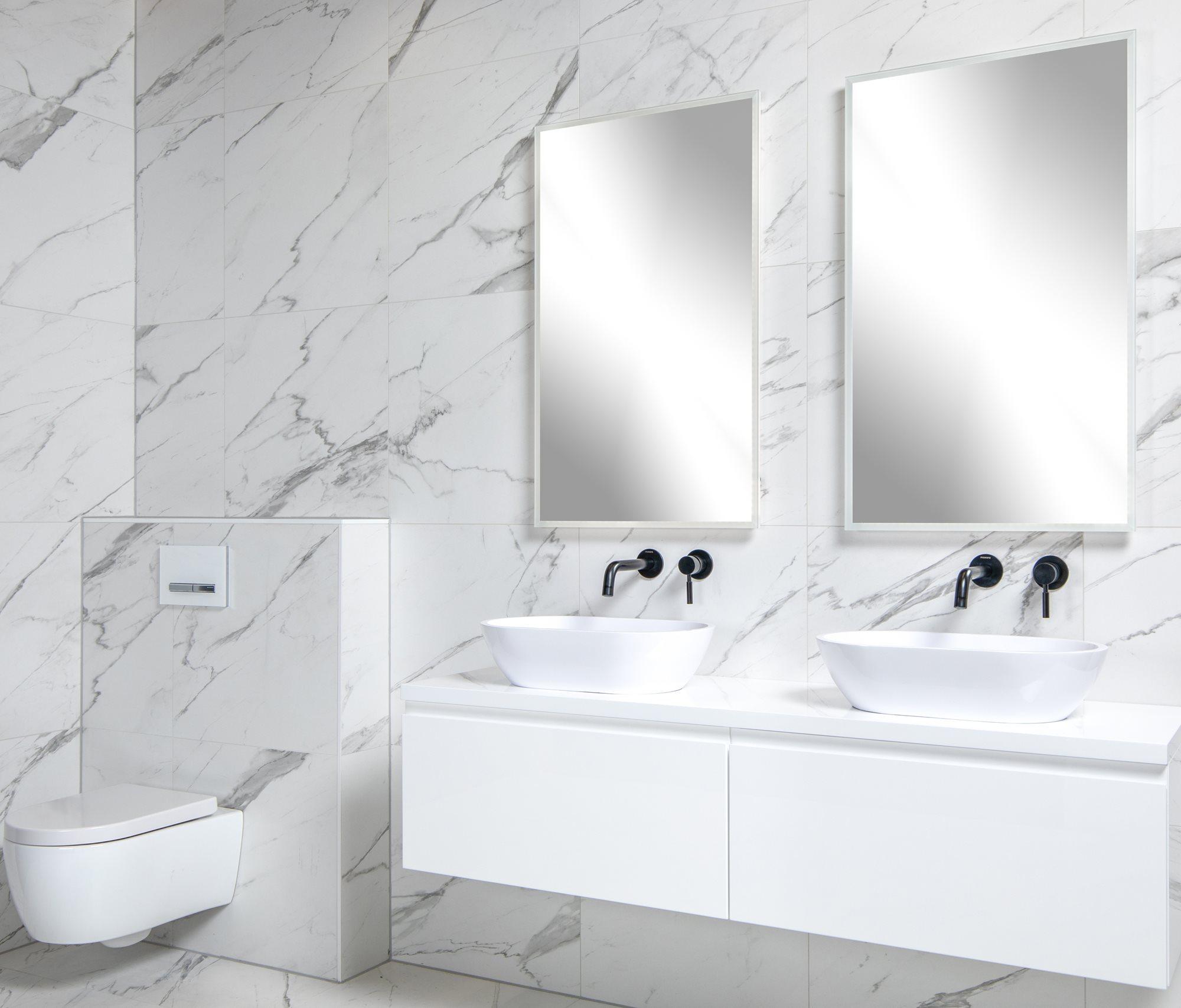 badkamer-wit-marmerlook-badkamermeubels-waskommen.jpg