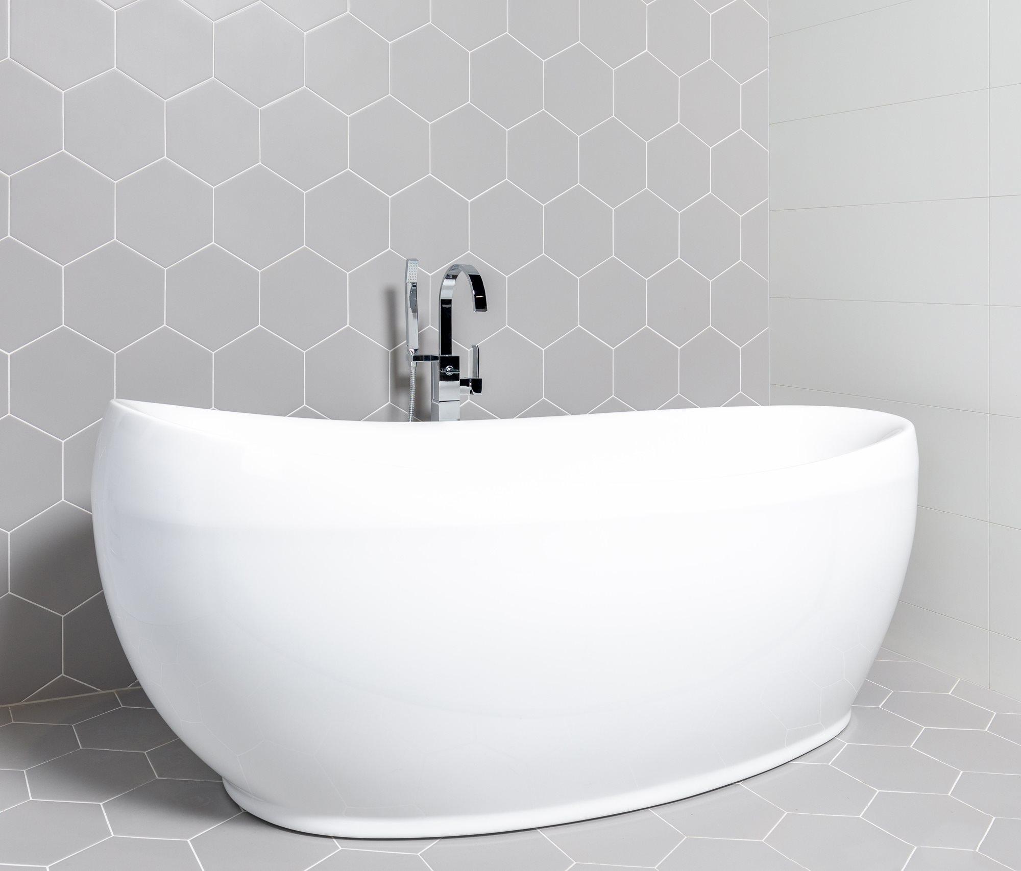 grijze-hexagon-tegels-vrijstaand-bad.jpg
