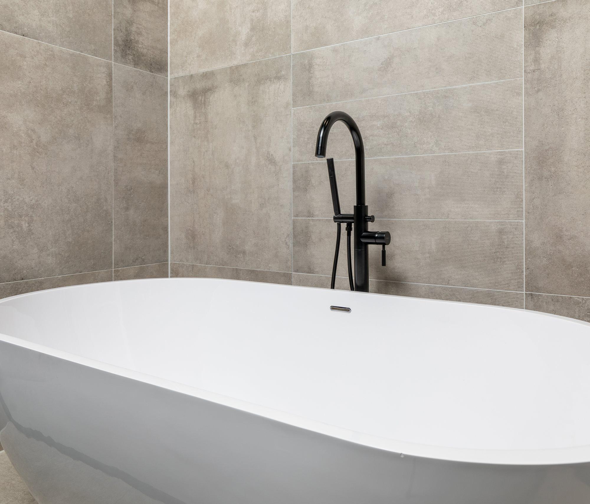 wit-vrijstaand-bad-zwarte-badkraan.jpg