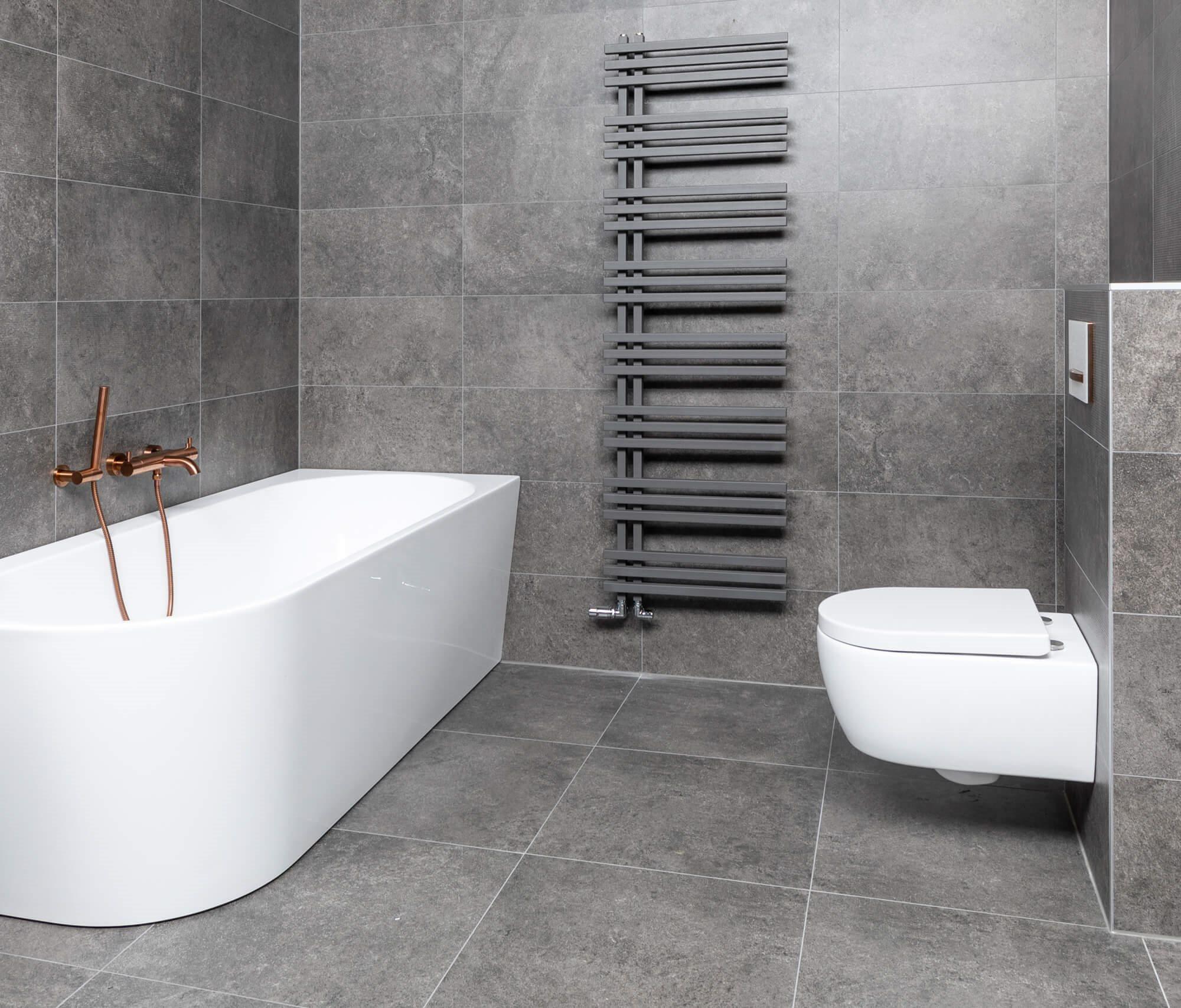 Ideale hoogte toiletpot: Badkamer met grijze tegels
