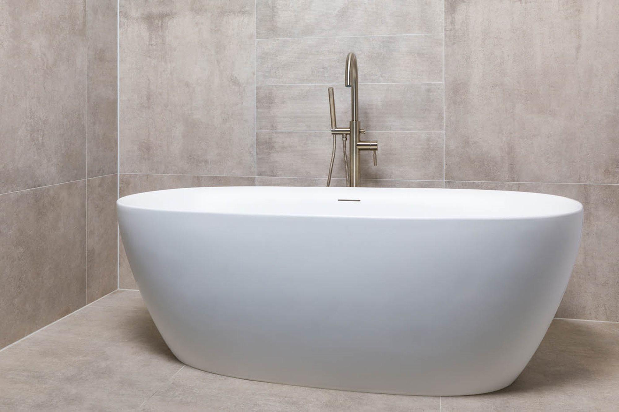 vrijstaand-bad-plaatsen-installeren-vrijstaand-bad-rvs-badkraan.jpg
