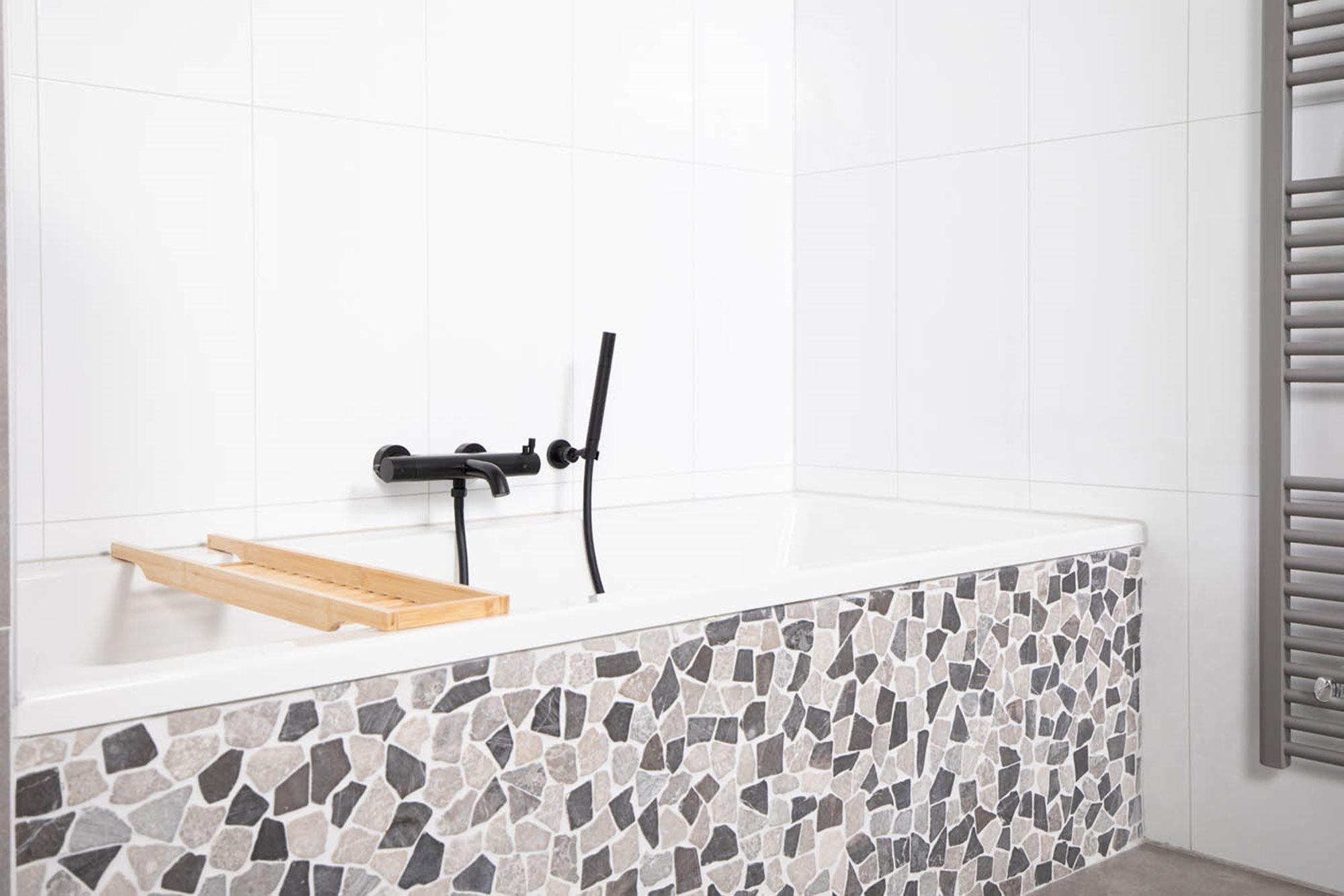 bad-plaatsen-ligbad-mozaiektegels-zwarte-badkraan-witte-tegels.jpg