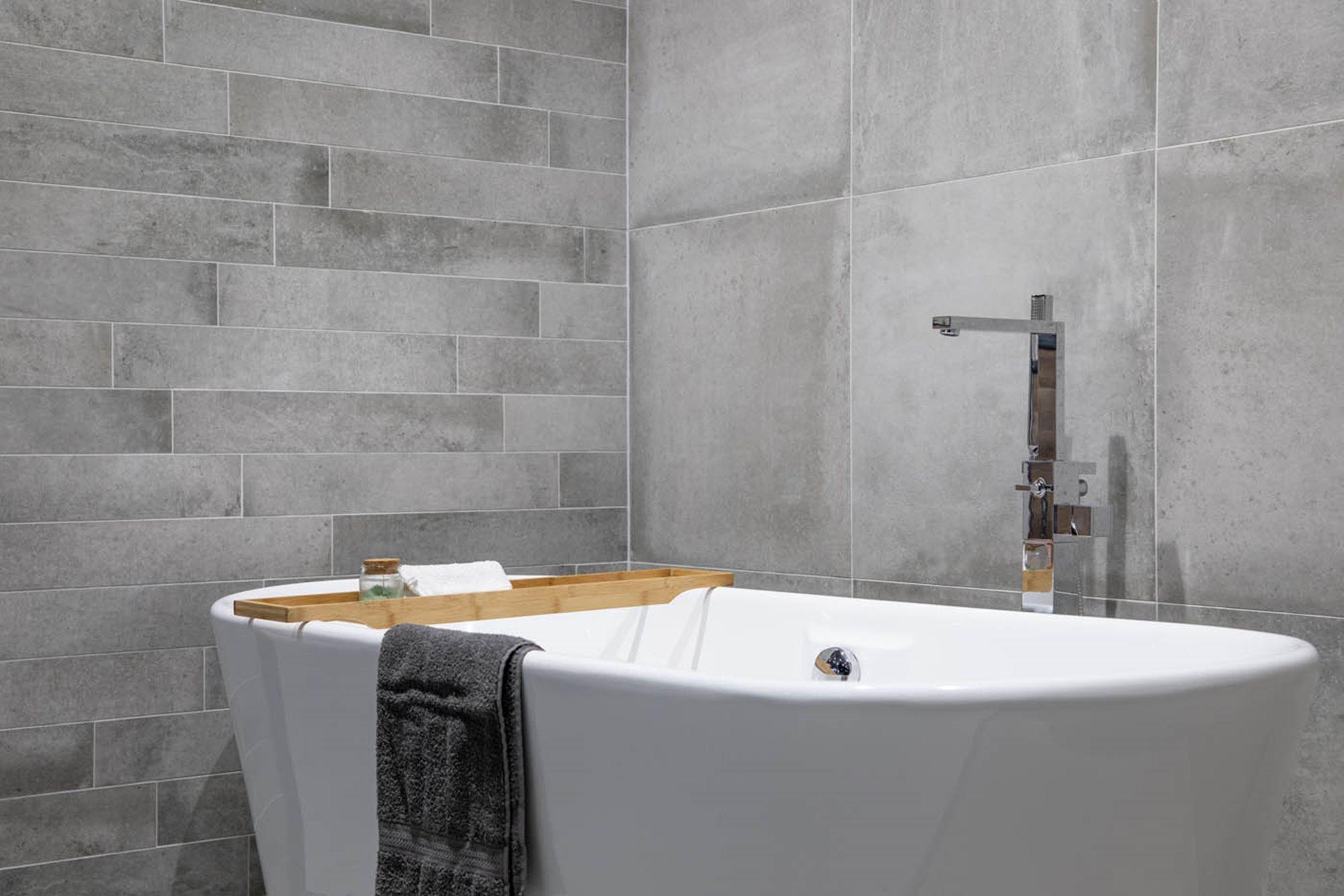 ideale-hoogte-bad-betonlook-tegels-vrijstaand-bad-vrijstaande-badkraan.jpg