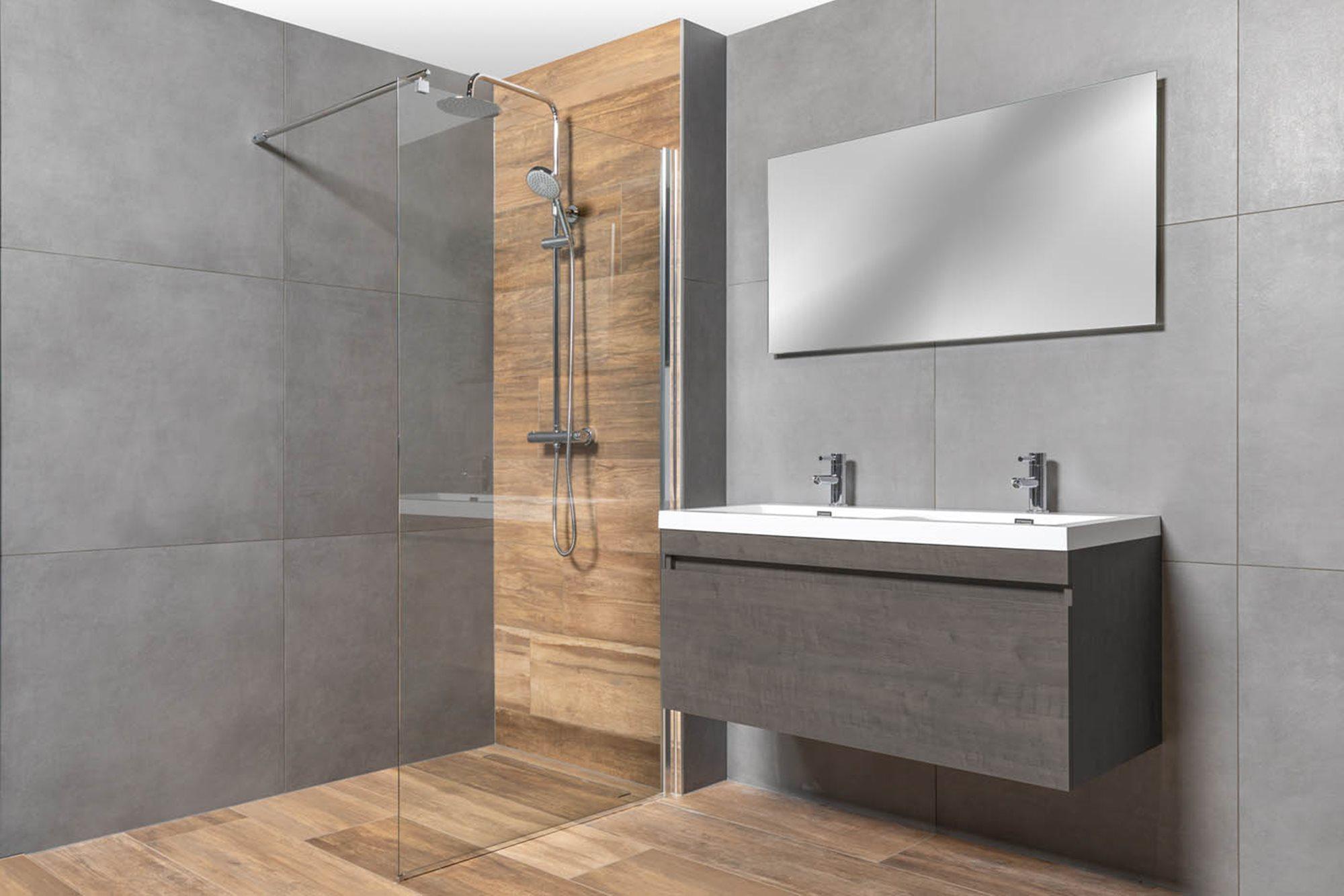tips-inloopdouche-plaatsen-houtlook-tegels-grijze-tegels-inloopdouche-grijs-badkamermeubel.jpg