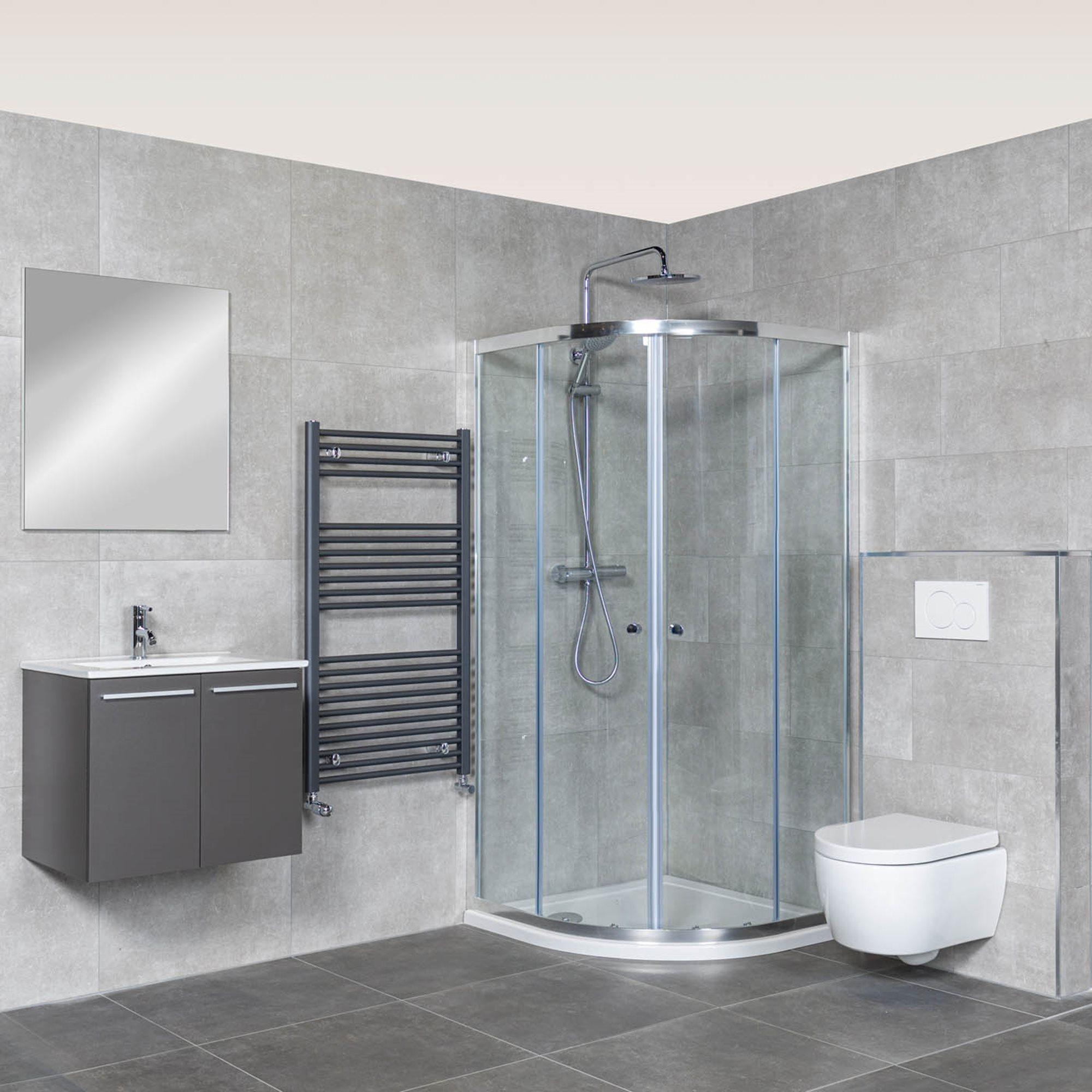 lage-douchebak-douchecabine-kwartrond-betonlook-tegels-grijs-badkamermeubel-hangtoilet-grijze-radiator.jpg
