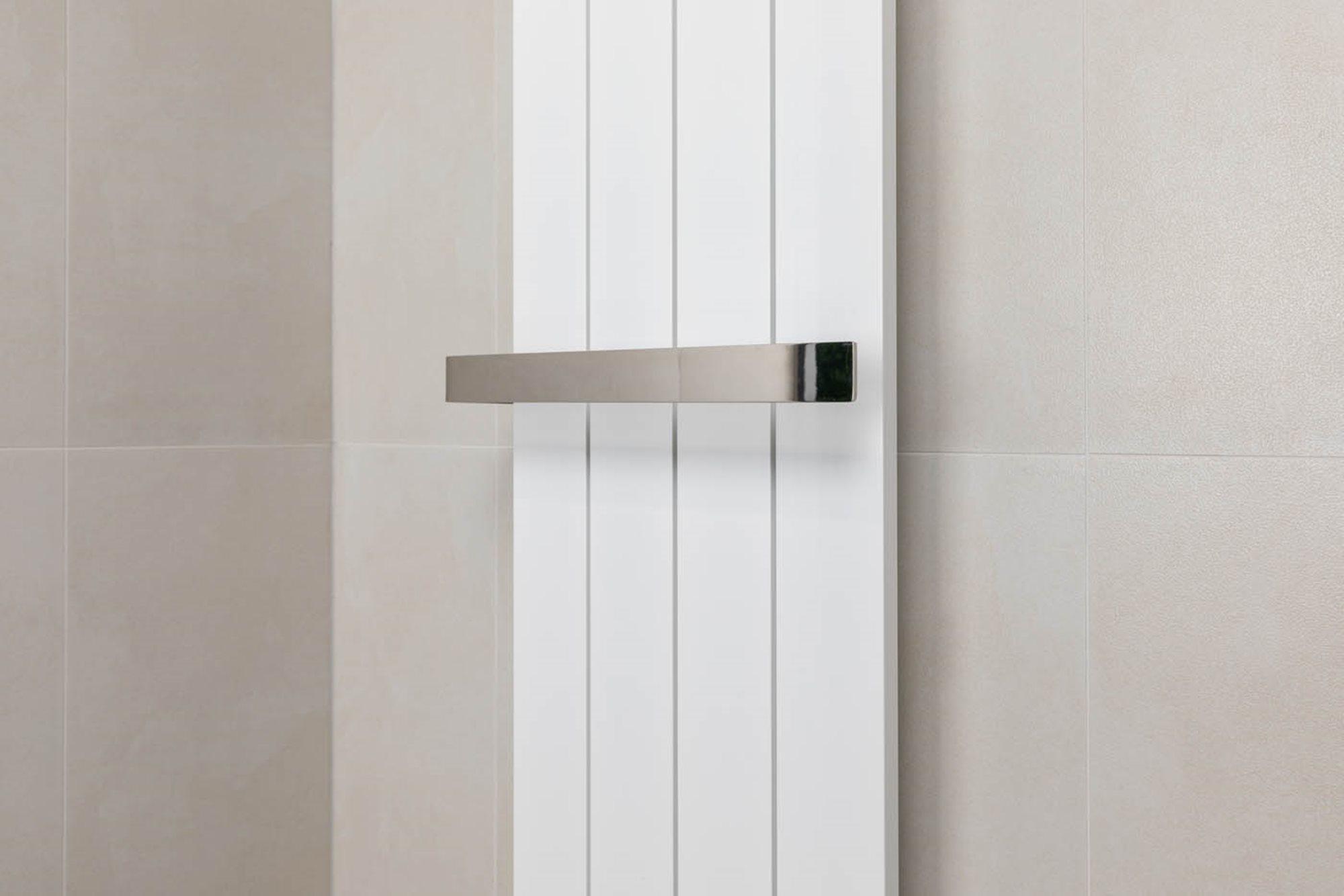 stappenplan-designradiator-aansluiten-witte-radiator-handdoekbeugel-beige-tegels.jpg