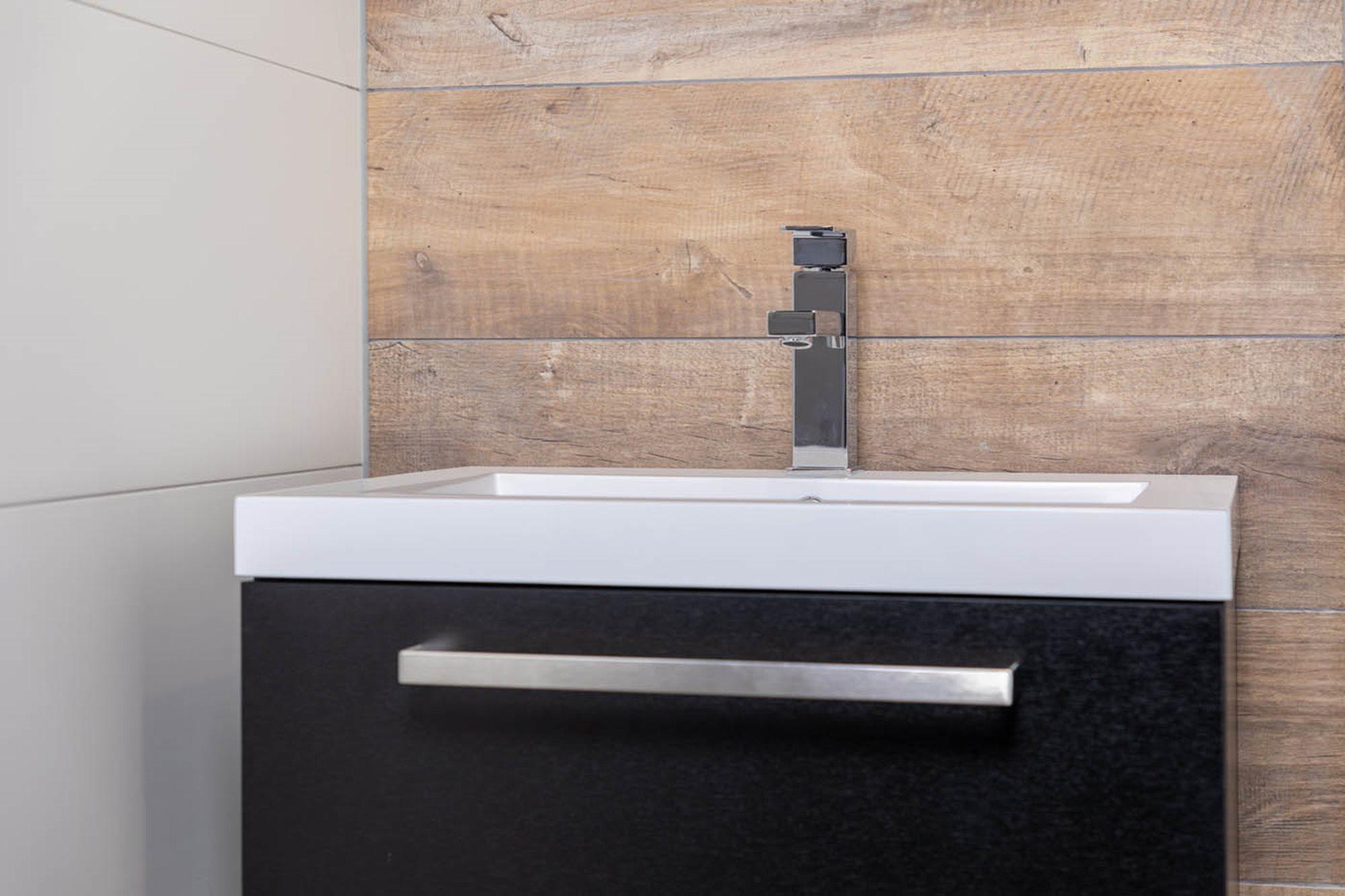 wastafel-kiezen-zwart-badkamermeubel-chromen-wastafelkraan-houtlook-tegels-witte-tegels.jpg