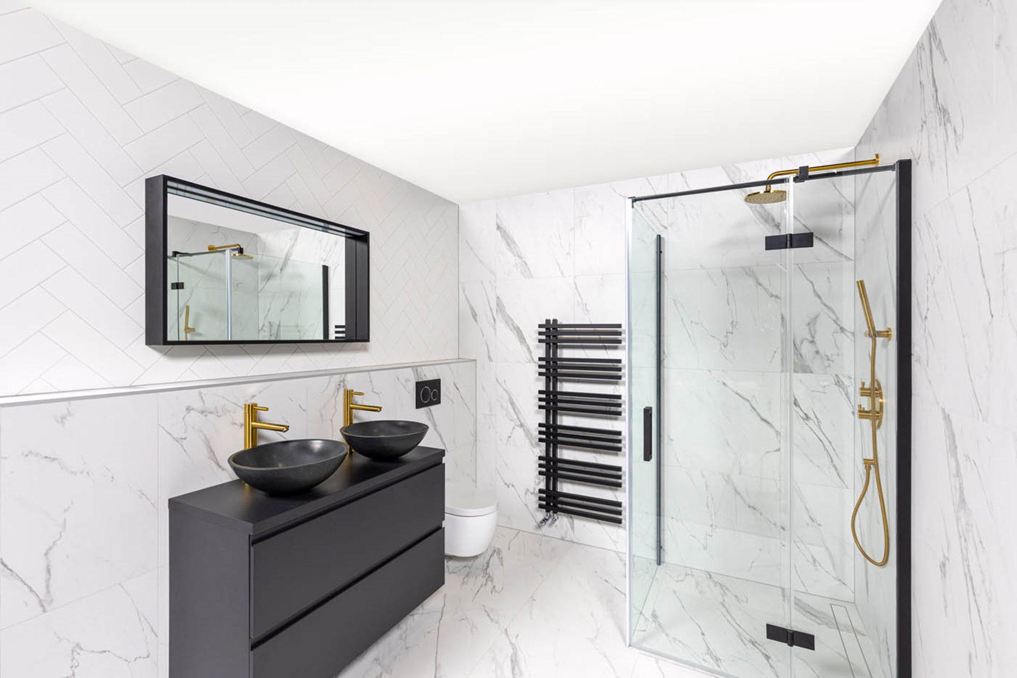 stappenplan-douchecabine-installeren-marmerlook-tegels-wit-douchecabine-zwart-badkamermeubel-gouden-kraan-zwarte-radiator-waskom.jpg
