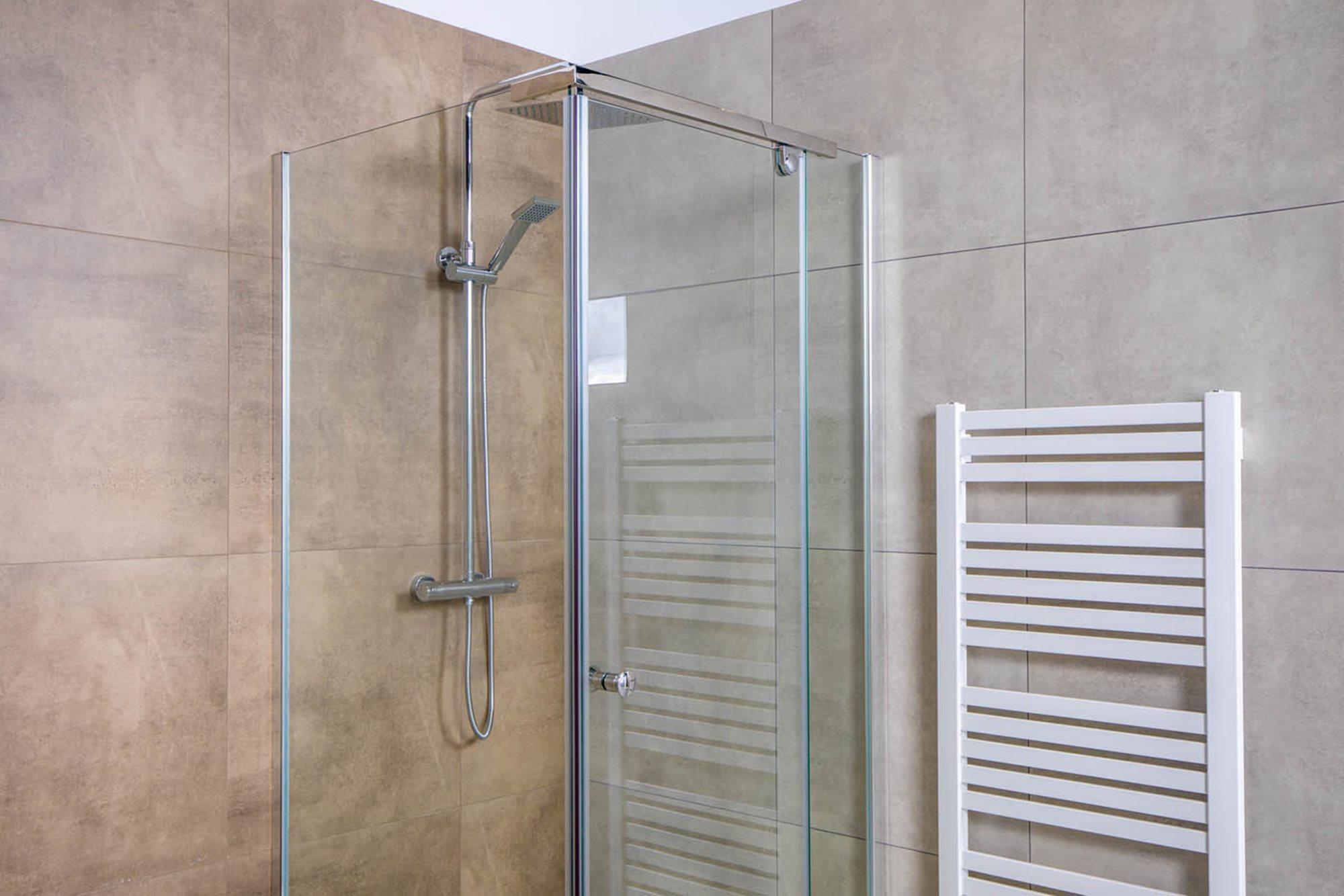 tips-douchecabine-kopen-witte-radiator-douchecabine-beige-tegels-chromen-douchekraan.jpg